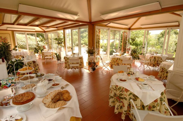 L'abbondante e squisita colazione servita sempre nella veranda