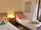 Le 4 camere, per un totale di 8 persone, sono accoglienti e colorate