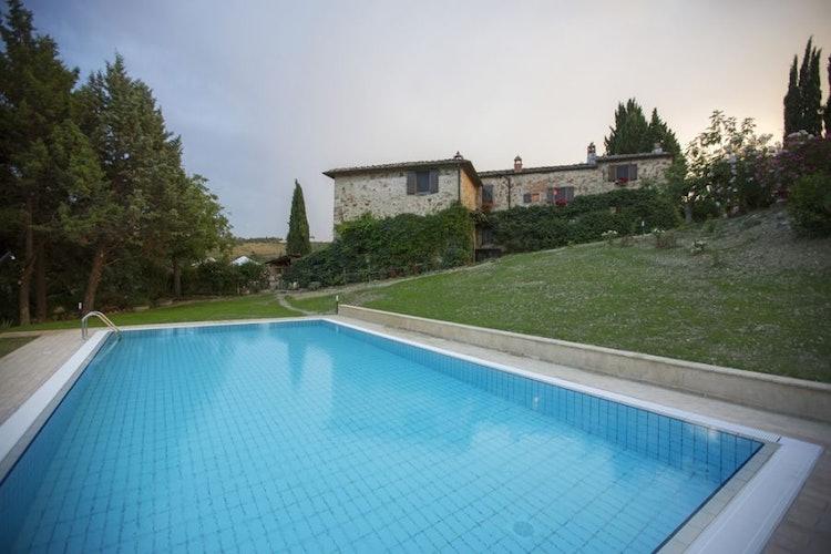 Una delle due piscine esterne davanti alla rispettiva casa in pietra