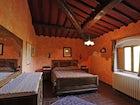 Una delle camere arredata in stile rustico con attenzione ai dettagli