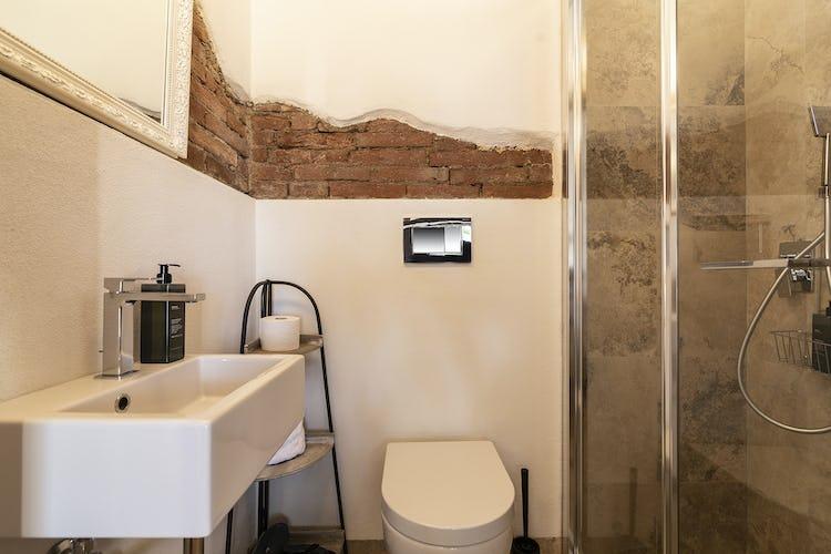 Le linee moderne caratterizzano anche questo bagno dell'appartamento