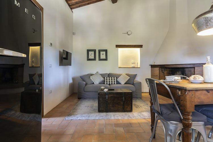 Il soggiorno con camino dell'appartamento Luna