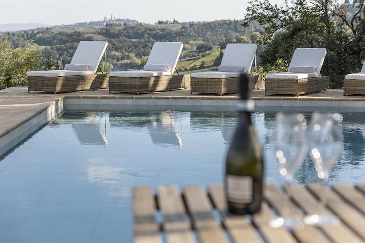 Un pomeriggio di relax in piscina circondati dal verde delle colline che incorniciano San Gimignano