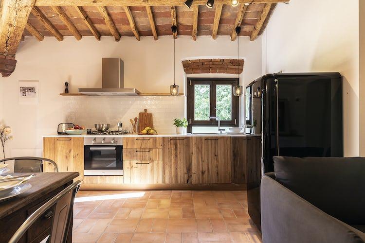 La cuina rustico-tradizionale dell'appartamento Stella