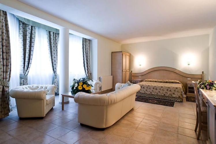 Grande e spaziosa camera dell'albergo, elegantemente arredata