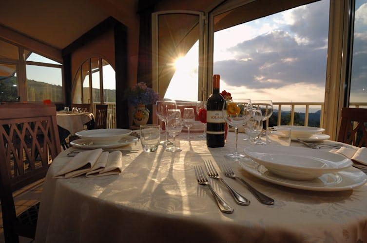 Il ristorante dell'hotel con vista sul paesaggio circostante