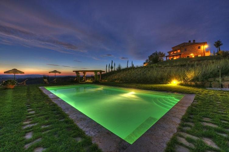 Vista dalla piscina di notte