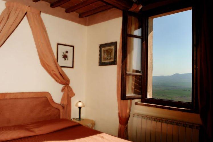Camera con vista panoramica sulle dolci colline che circondano Pienza