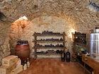 Cantina con vini del Chianti