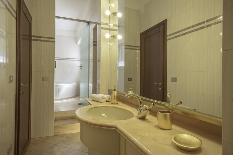Serena DesignApartmentFlorence - large romantic tub