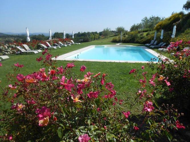 Dalla piscina panoramica si intravede il profilo di San Gimignano