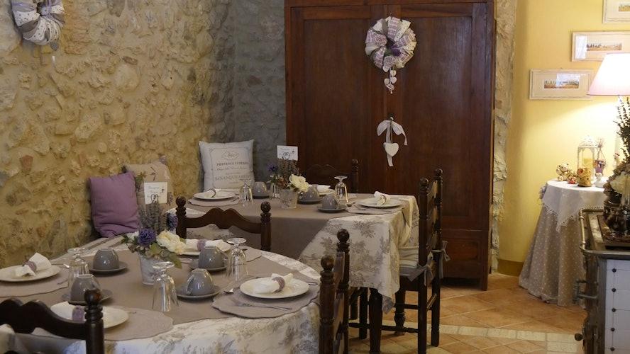 I tavoli per la colazione, preparati con cura per ogni dettaglio