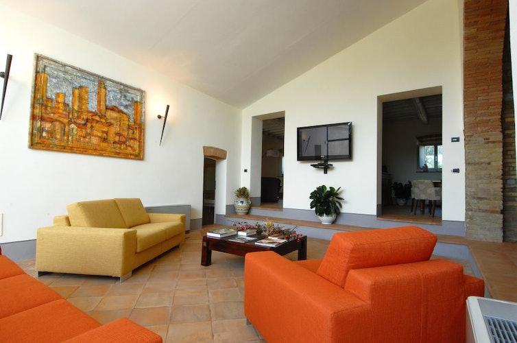 Vi sono un soggiorno ed un cucina attrezzata in comune per gli ospiti