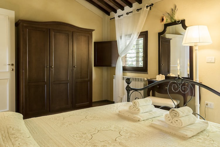 Villa Borgo la Fungaia: Double bedroom with TV