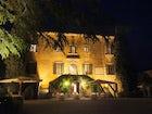La splendida villa di notte