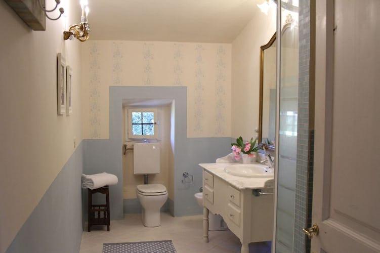 4 bagni privati con doccia per 4 camere B&B a Villa Fillinelle