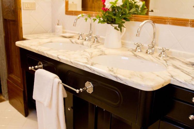 Eleganti bagni privati in ogni suite e camera della villa