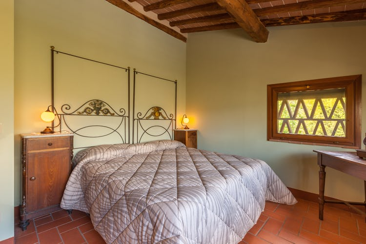 Ghiaia Holiday Villas & Homes: camera da letto principale con un arredo tipico toscano