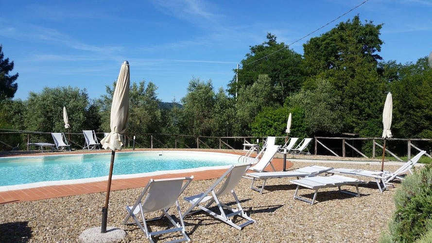 Ghiaia Holiday Villas & Homes: Poolside with deck chairs, umbrellas and Tuscan sunshine