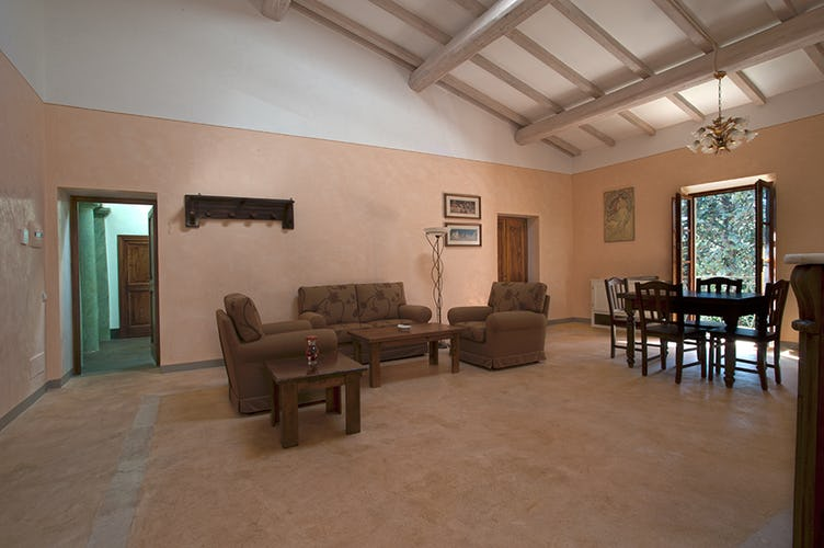 Il soggiorno ampio e luminoso dell'appartamento Albicocca
