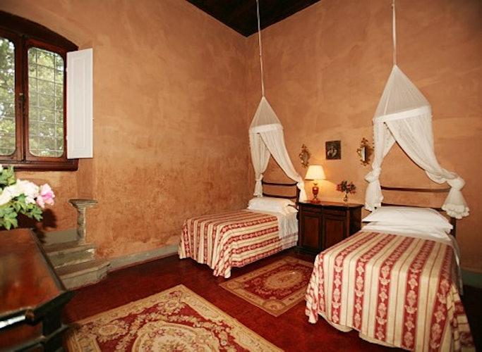 Una delle camere con letti singoli in tipico ferro battuto
