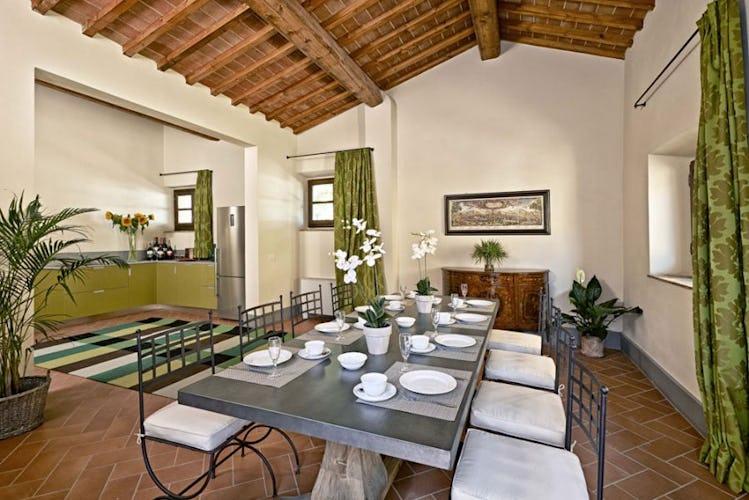 Sala pranzo ampia e molto luminosa, con mobilio raffinato ed esclusivo