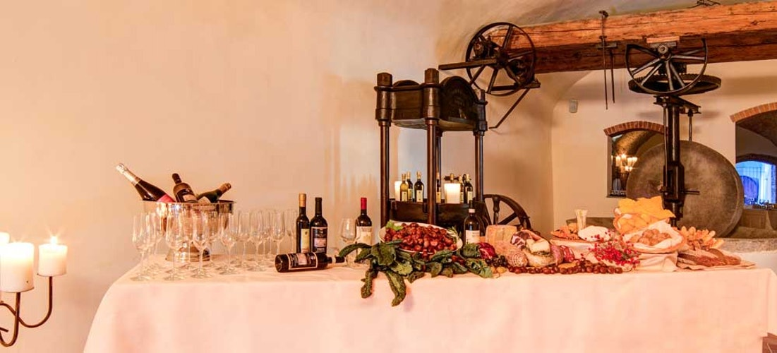 Ampia selezione di vini, inclusi quelli della tenuta di Villa Tolomei