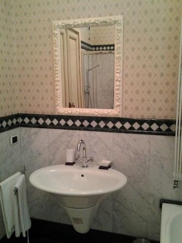 Lo specchio classico si sposa perfettamente con il lavandino moderno