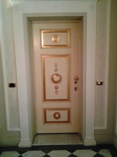 Il bellissimo portone d'ingresso dell'appartamento